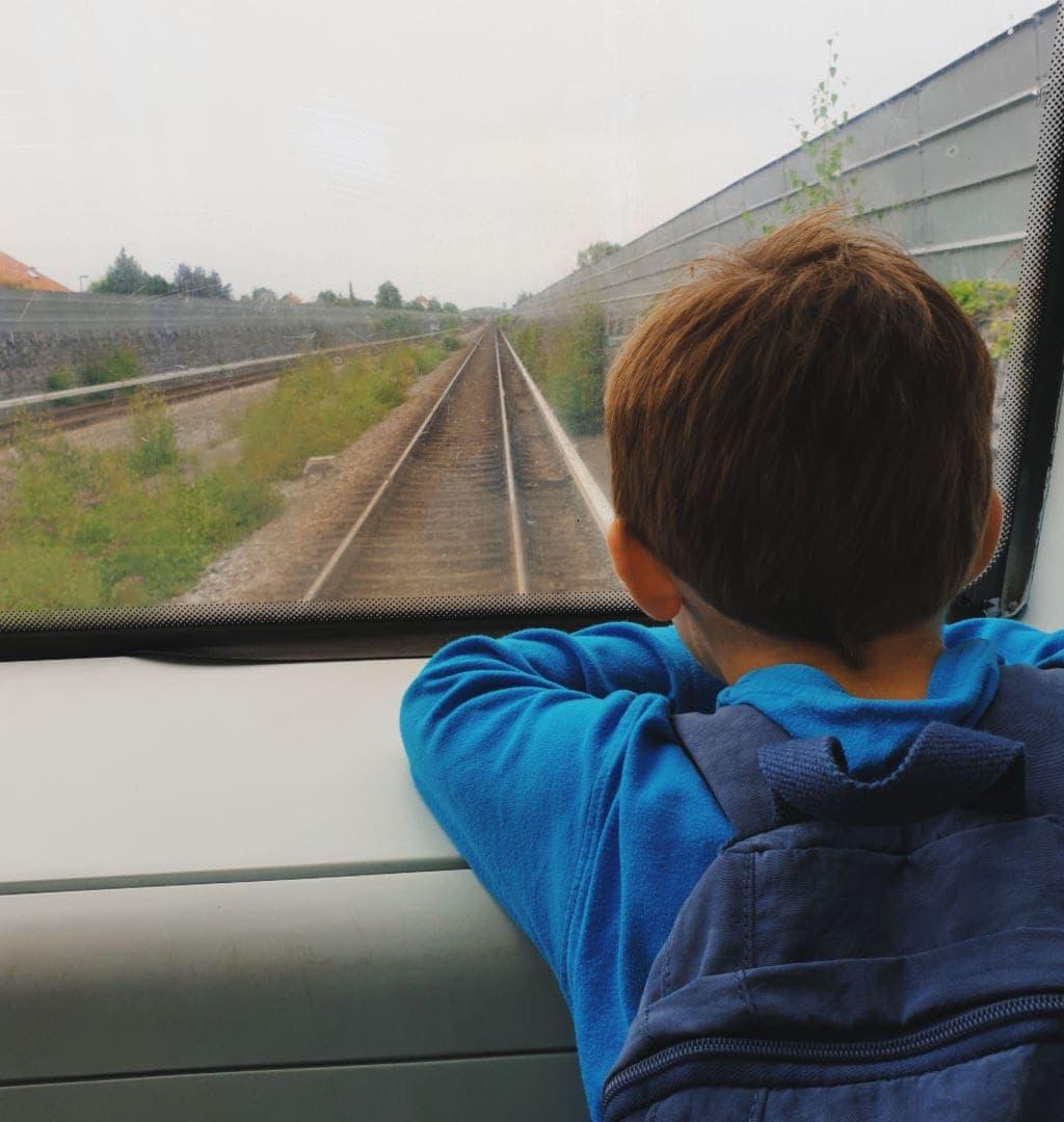 Dreng-på-tur-med-metro